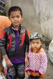 Muslimska pojkar, by Toyopakeh, Nusa Penida Juni 18 Indonesien 2015 Royaltyfri Bild