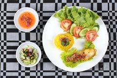 Muslimska ris för gul jasmin med höna, Halal mat Royaltyfri Foto
