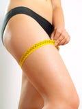 Muslo que mide en la pierna de una mujer Fotografía de archivo libre de regalías