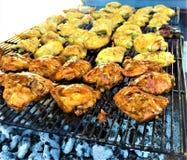 Muslos asados a la parrilla Bbq del pollo sobre el carbón de leña foto de archivo