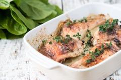 Muslos de oro fritos del pollo con las especias y las hierbas Pollo cocido al horno Fotos de archivo