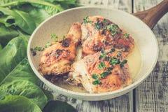 Muslos de oro fritos del pollo con las especias y las hierbas Pollo cocido al horno Foto de archivo