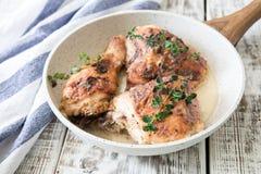 Muslos de oro fritos del pollo con las especias y las hierbas Pollo cocido al horno Fotografía de archivo libre de regalías
