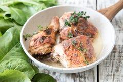 Muslos de oro fritos del pollo con las especias y las hierbas Pollo cocido al horno Foto de archivo libre de regalías