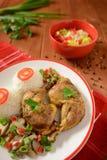 Muslos del pollo con el arroz blanco, las setas y la pimienta Imagen de archivo