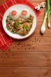 Muslos del pollo con el arroz blanco, las setas y la pimienta Foto de archivo