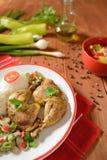 Muslos del pollo con el arroz blanco, las setas y la pimienta Foto de archivo libre de regalías