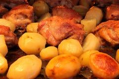 Muslos del pollo frito con las patatas Foto de archivo