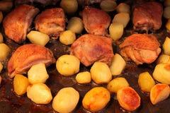 Muslos del pollo frito con las patatas Imagen de archivo libre de regalías