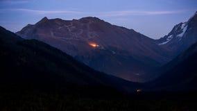 Mussa-Achitara山和滑雪暮色看法在Dombay倾斜 免版税库存照片