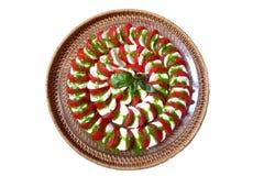 Mussarela com o prato vermelho do italiano dos tomates foto de stock