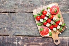 Mussarela, tomates e folhas da manjericão fotografia de stock