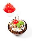 Musse em um copo escuro do chocolate com cereja Fotografia de Stock