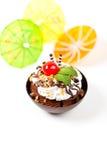 Sobremesa. Copo da brownie da musse do Sundae com cereja Imagens de Stock