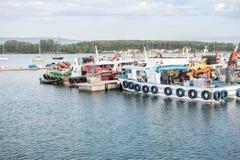 Mussel aquaculture łodzie zakotwiczali w porcie O gaj obrazy royalty free