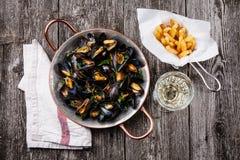 Mussels, francuzów dłoniaki i wino, obraz stock