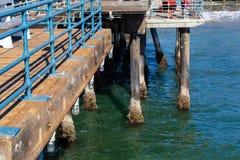 Mussels milczkowie przylega mol poparcia w Snata Monica Kalifornia obrazy stock