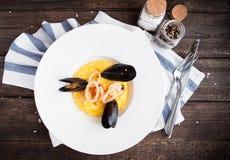Mussels, pierścionki i garnirunek od potatoe, kałamarnicy i garnela zdjęcia royalty free