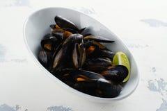 Mussels w białym pucharze Obrazy Stock