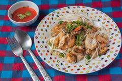 Mussla som stekas med äggsmet och chilisås, thailändsk mat Arkivbilder
