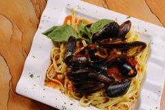 musslor över röd såsskaldjur för pasta Fotografering för Bildbyråer