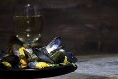 Musslor med exponeringsglas av vitt vin och timjan Royaltyfri Fotografi
