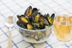 Musslor med sås för vitt vin i modern platta på tabellen Arkivfoton