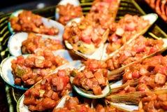 Musslor med sallad Arkivbild