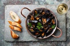 Musslor och fransk bagett Fotografering för Bildbyråer
