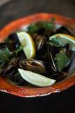 Musslor på is som är klar att laga mat med jpg för citron och för vitt vin Fotografering för Bildbyråer