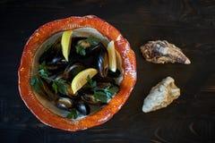 Musslor på is som är klar att laga mat med jpg för citron och för vitt vin Royaltyfri Fotografi