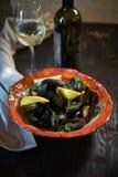 Musslor på is som är klar att laga mat med jpg för citron och för vitt vin Royaltyfria Bilder