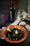 Musslor på is som är klar att laga mat med jpg för citron och för vitt vin Arkivfoto