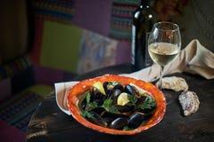 Musslor på is som är klar att laga mat med jpg för citron och för vitt vin Arkivbilder