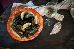 Musslor på is som är klar att laga mat med jpg för citron och för vitt vin Royaltyfri Bild