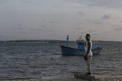 MUSSULO/ANGOLA- 14 Δεκεμβρίου 2014 - νέος αφρικανικός ψαράς Στοκ Εικόνες