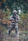 Mustached Mann in der Militäruniform mit einem Gewehr in seinen Händen stockfoto