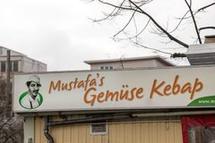 Mustafas gemà ¼ se kebab podpisuje wewnątrz Berlin Germany obrazy royalty free