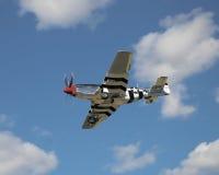 Mustang P51, der für eine Landung hereinkommt Stockbild