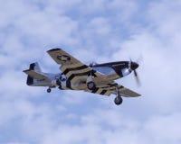 Mustang P-51 entrant pour un atterrissage Images libres de droits