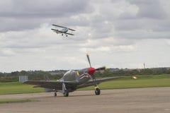 Mustang som P51 i flykten åker taxi på landningsbana med Tiger Moth över Arkivbilder