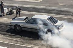 Mustangrauchshow auf der Bahn Stockbild