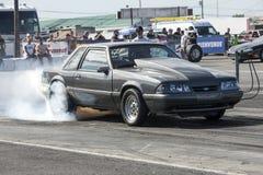 Mustangrauchshow auf der Bahn Lizenzfreie Stockfotos