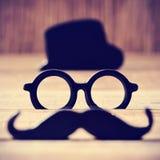Mustasch, glasögon och hatt som bildar framsidan av en man royaltyfria bilder