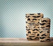 Mustaschen smattrade gåvaaskar med stjärnan formade etiketter Royaltyfri Fotografi