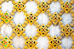 Muster auf einer thailändischen Tempelwand Lizenzfreie Stockfotografie