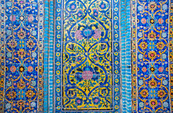 Muster auf einer zerbröckelnden Fliese des schönen persischen Palastes Lizenzfreie Stockfotos