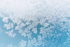 Muster auf Glas am eisigen Wintertag Abstraktes Hintergrundmuster der weißen Sterne auf dunkelroter Auslegung Stockbild