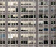 Muster der Bürofassade mit Fenstern und Fensterladenvorhängen Stockfotografie