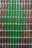 Muster der Flaschen auf der Betonmauer Lizenzfreie Stockbilder